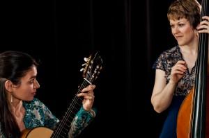 Sylvie mit Gitarre und Betty mit Kontrabass