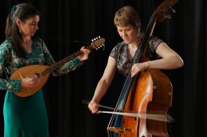 Sylvie mit Tambura und Betty mit Bass